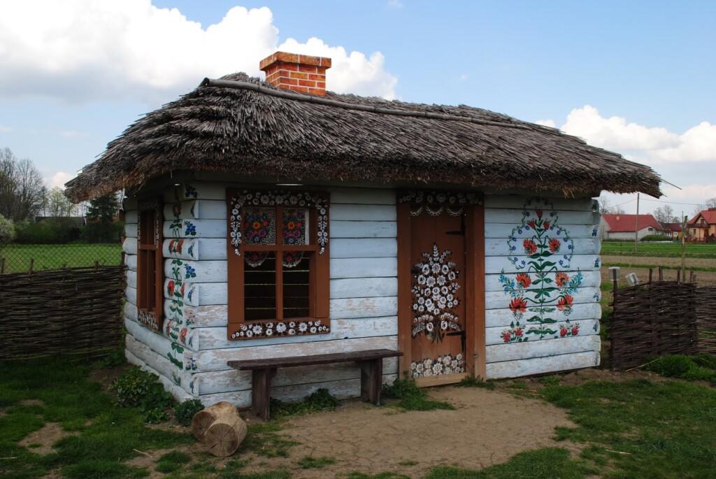 Malowany domek obok Domu Malarek w Zalipiu.