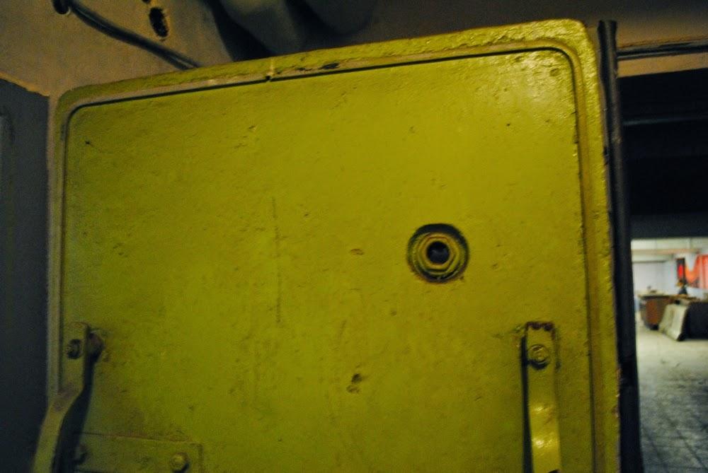 Drzwi w schronie Nowej Huty